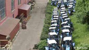 Территория Минского тракторного завода заставлена продукцией