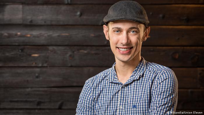 توبیاس لوتکه (تصویر) از بنیانگذاران شرکت شاپفای (Shopfiy) است. او که متولد شهر کوبلنز در آلمان است، در سال ۲۰۰۲ به کانادا مهاجرت کرد و طرح و ایدهای را که در ذهن داشت، در یک گاراژ عملی ساخت. شاپفای یک پلت فرم تجارت الکترونیک است که بازرگانان و تاجران با کمک آن میتوانند فروشگاههای آنلاین خود را طراحی و راهاندازی کنند.