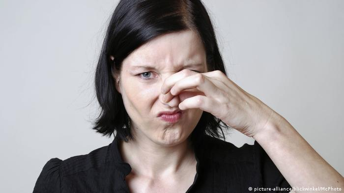 Woman pinches her nose shut (picture-alliance/blickwinkel/McPhoto)