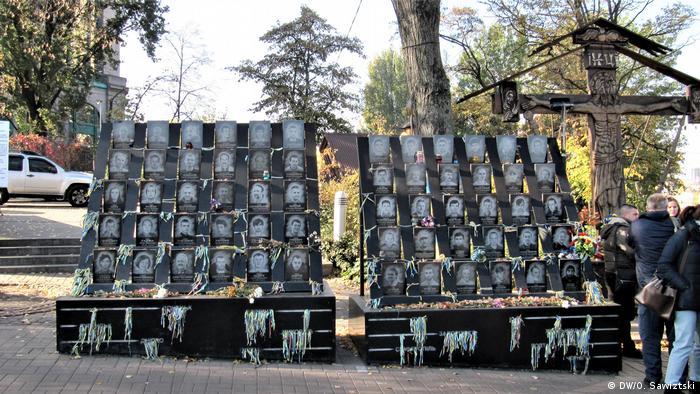 Цей імпровізований меморіал Небесної сотні активісти готові тимчасово перенести заради слідчого експерименту. Однак бюрократія створює інші завади
