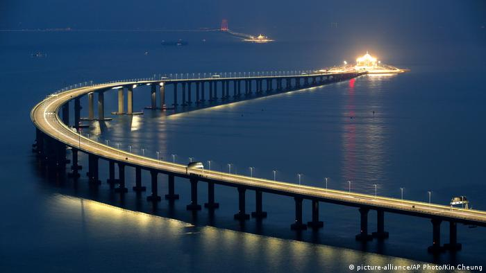 China Hongkong-Zhuhai-Macao bridge (picture-alliance/AP Photo/Kin Cheung)