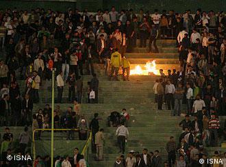 صحنهای از اعتراضات تماشاچیان فوتبال در ایران (عکس از آرشیو)