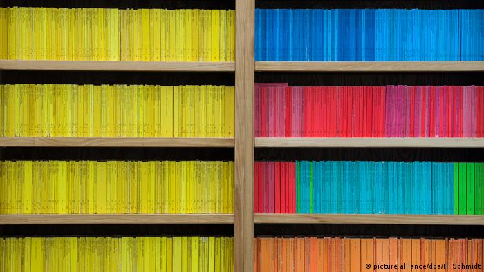 A bookshelf with Reclam books in it (picture alliance/dpa/H. Schmidt)