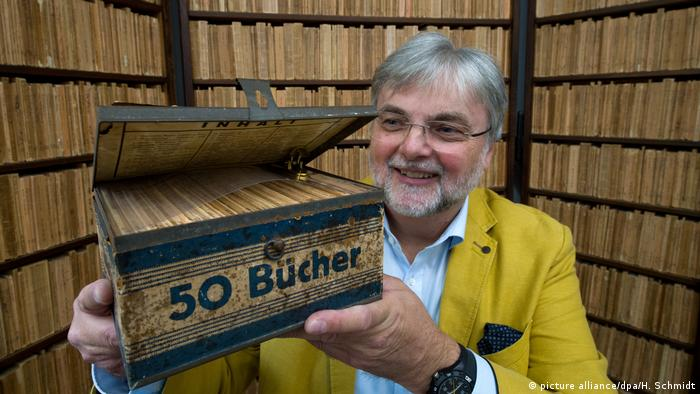 Hans-Jochen Marquardt hols up a book box(picture alliance/dpa/H. Schmidt)