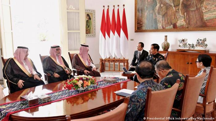 Indonesien Aussenminister Adel el-Jubeir von Saudi Arabien trifft Präsident Joko Widodo (Presidential Office Indonesia/Bey Machmudin)