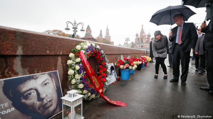 Russland Bolton besucht die Stelle an der Boris Nemtsov erschossen wurde