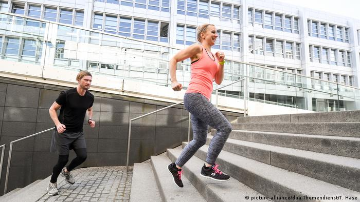 Two people running up stairs (picture-alliance/dpa Themendienst/T. Hase)