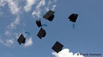 Unifest der Universität Bonn: Studierende werfen ihre Hüte in die Luft