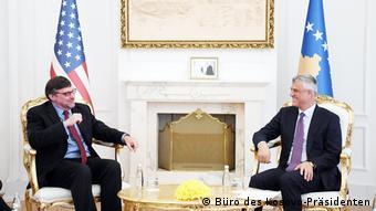 Stellvertretender Abgeordneter im Außenministerium der USA, Matthew Palmer trifft sich mit dem Präsidenten des Kosovo Hashim Thaci (Büro des Kosovo-Präsidenten)