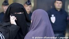 Women wearing full-face veils stand outside of a courthouse located near Paris, France in 2011 (picture-alliance/dpa/I. Langsdon)