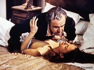 Mann und Frau in Umarmung auf Bett, der Mann liegt oben - Szene aus Dieses obskure Objekt der Begierde