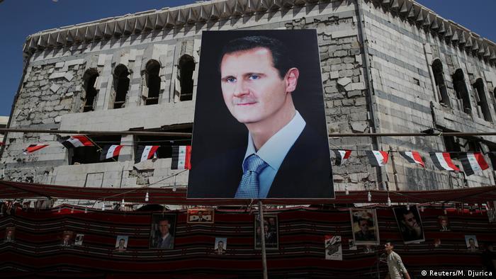 Syrien l Alltag in Damaskus l Banner mit Präsident Al-Assad in Douma