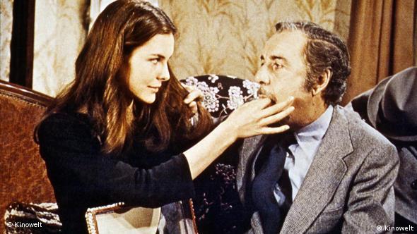 Fernando Rey frisst Carole Bouquet aus der Hand - sie sitzt auf seinem Schoß, füttert ihn(Kinowelt/Arthaus)