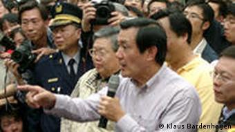 Mann mit Mikrophon in Menschenmenge (Foto: Klaus Bardenhagen)