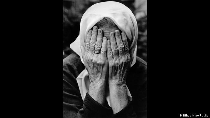 Baka sa bijelom maramom dlanovima je pokrila oči