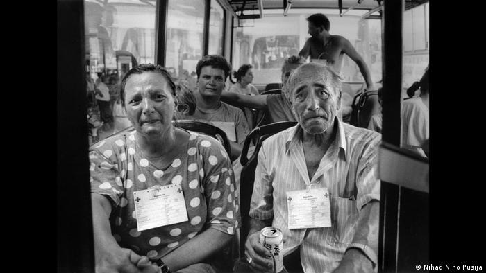 Uplakani muškarac i žena u autobusu