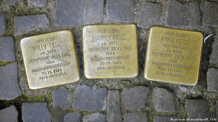 Placas de latão com as inscrições dos nomes Willy Pese, Margot Pese e Erna Pese, mortos num fuzilamento em massa