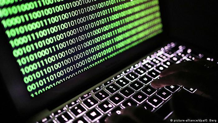 Хакер взламывает компьютер
