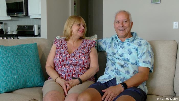 Richard y Robin Kinley sentados en un sofá en su casa en Babcock Ranch.