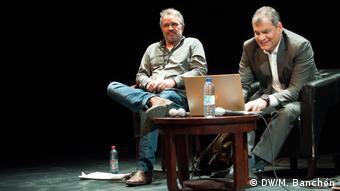 Belgien Brüssel - Laurent Delcourt, Soziolog des think tank Cetri und Rafael Correa (DW/M. Banchón)