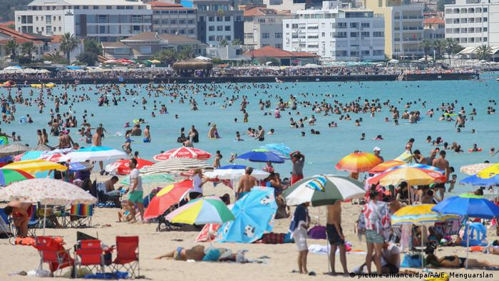 Tourists on Izmir beach (picture-alliance/dpa/AA/E. Menguarslan )