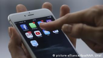 Ο νέος νόμος θέτει σημαντικούς φραγμούς στα διαδικτυακά μέσα κοινωνικής δικτύωσης