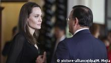 23.10.2018, Peru, Lima: Angelina Jolie (l), Schauspielerin und Gesandte des UN-Hochkommissars für Flüchtlinge, spricht mit Nestor Popolizio (r), Perus Außenminister, nach einer Pressekonferenz im Regierungspalast. Jolie hat in Peru eine Herberge für Flüchtlinge aus Venezuela besucht. Foto: Martin Mejia/AP/dpa +++ dpa-Bildfunk +++ |