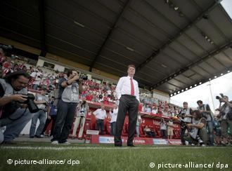 Louis van Gaal umringt von Fotografen vor der Trainerbank (Foto: dpa)