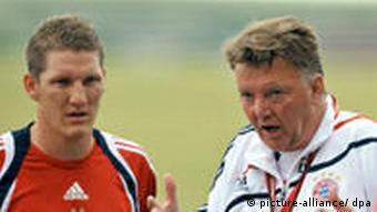 Louis van Gaal mit Bastian Schweinsteiger beim Training (Foto: dpa)