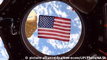 ISS | Amerikanische Flagge im Fenster der International Space Station