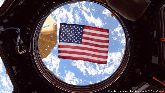 ISS | Amerikanische Flagge im Fenster der International Space Station