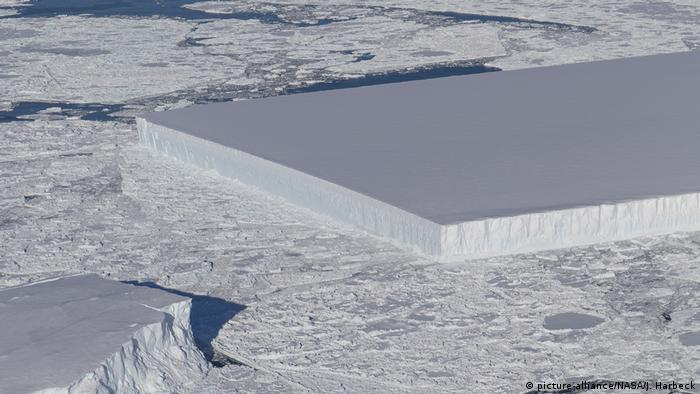 Tafelförmiger Eisberg in der Antarktis (picture-alliance/NASA/J. Harbeck)