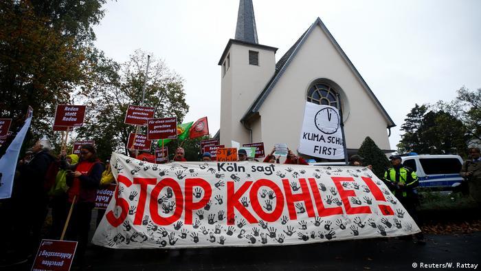 Umweltschützer halten ein Schild mit Stop Kohle! hoch.