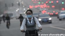 ©/MAXPPP - TAIYUAN, CHINA - MARCH 28: A cyclist wearing mask rides along a road during a dust storm on March 28, 2018 in Taiyuan, China. The sandstorm affected north China, including Beijing, with the capital's meteorological center issuing a blue alert on Wednesday morning. (Photo by Wu Junjie/China News Service/VCG) Foto: Wjj/MAXPPP/dpa |