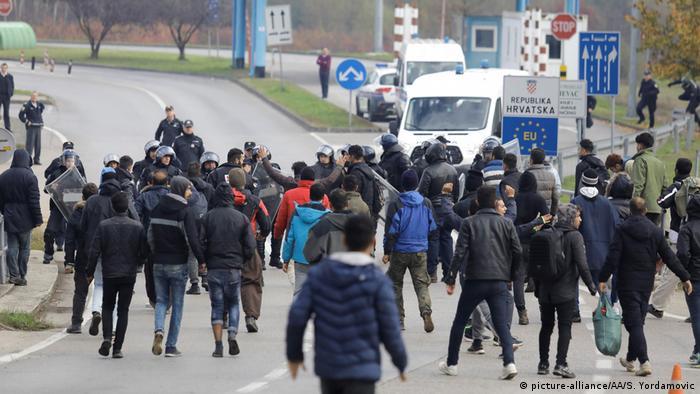 Bosnien-Herzegowina Velika Kladusa Auseinandersetzungen von Migranten und Polizei an der Grenze zu Kroatien