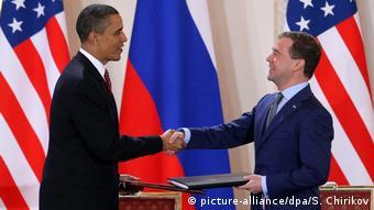 Tschechien Obama und Medwedew unterzeichnen START-Vertrag (picture-alliance/dpa/S. Chirikov)