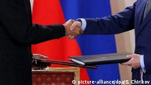 Russian President Dmitry Medvedev (R) and US President Barack Obama (L) shake hands after signing the 'New START Treaty', a new Russian-US nuclear arms control pact, during a ceremony at the Prague Castle, in Prague, Czech Republic, 08 April 2010. US President Barack Obama and his Russian counterpart Dmitry Medvedev signed a nuclear arms reduction pact in the Czech Republic on 08 April. The pact marks a thaw in relations between the former Cold War enemies and sets the tone for other countries with nuclear weapons orambitions. EPA/SERGEI CHIRIKOV |