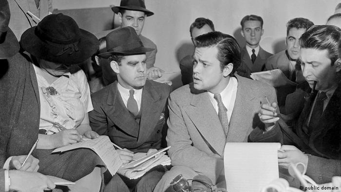 Orson Welles con periodistas, tras el programa.