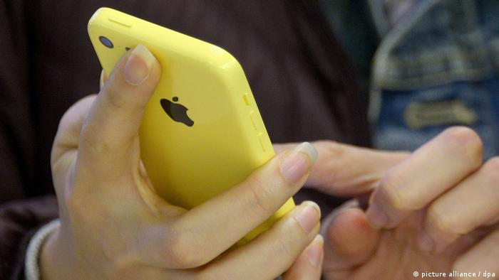 Person holding iPhone (picture alliance / dpa)