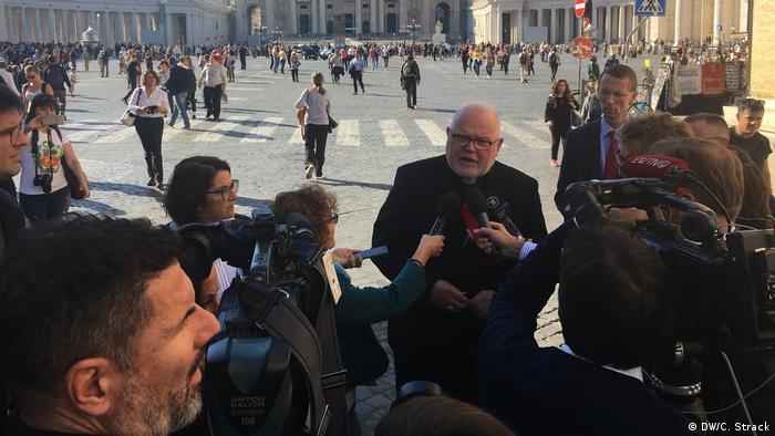 Częste pobyty w Rzymie. Tu na konferencji prasowej na Placu Świętego Piotra, październik 2018