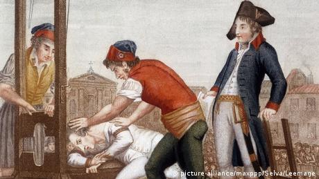 Zeichnung von 1794: Der Kopf eines Mannes wird in die Guillotine gepresst (picture-alliance/maxppp/Selva/Leemage)