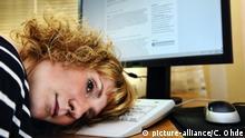 Symbolbild: Erschöpfte Frau am PC, Burnout