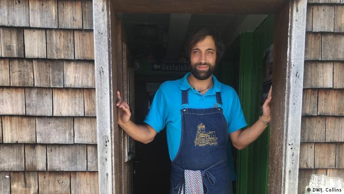 Toni Zwinger steht in der Tür des Gasthauses seiner Familie in der Nähe des Gipfels der Zugspitze (DW/J. Collins)