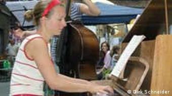 Pianistin im hellen Somerkleid am Klavier und junger Mann mit Kontrabass im Hinterhof (Foto: Dirk Schneider)