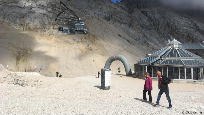 Touristen auf Deutschlands höchstem Gipfel, der Zugspitze (DW/J. Collins)