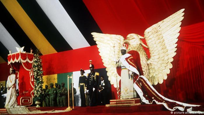 Jean-Bédel Bokassa auf dem goldenen Adlerthron während der Krönungsfeierlichkeiten am 04. Dezember 1977 (Foto: picture-alliance/dpa)