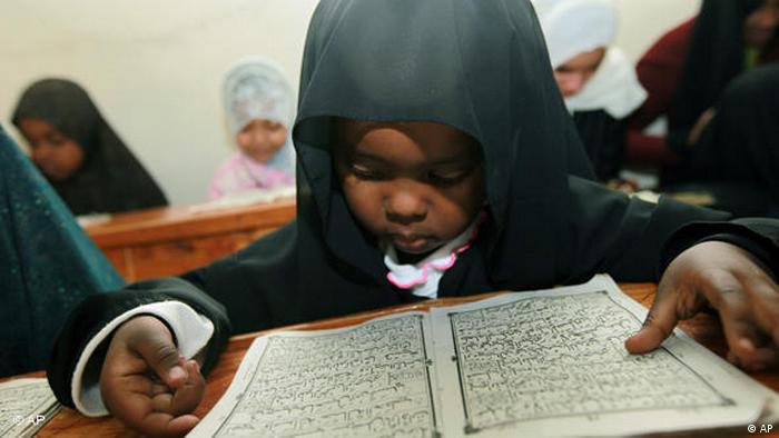 kenianisches Mädchen bei der Lektüre vom Koran