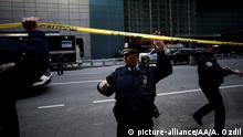 NEW YORK, USA - OCTOBER 24: Police officers take security measures in front of the Time Warner Building where a suspected explosive device was found in the building after it was delivered to CNN's New York bureau in New York, United States on October 24, 2018. Explosive devices were also found near the home of former US Presidents Bill Clinton and Barack Obama in New York. Atilgan Ozdil / Anadolu Agency | Keine Weitergabe an Wiederverkäufer.