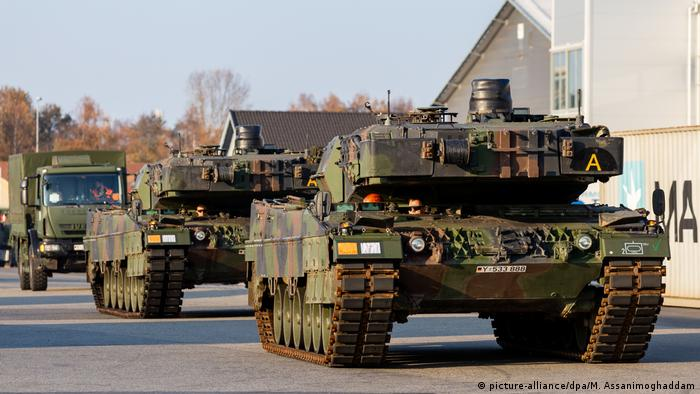 Two German military tanks arrive in Norway for the Trident Juncture NATO exercise (picture-alliance/dpa/M. Assanimoghaddam)