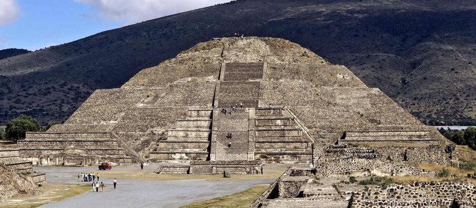 Túnel liga câmara em Pirâmide da Lua ao sul da Praça da Lua